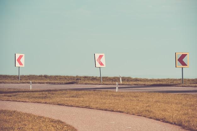 Tourner à gauche sur une route de campagne
