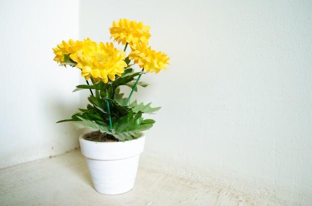 Tournesol de synthèse dans un vase blanc