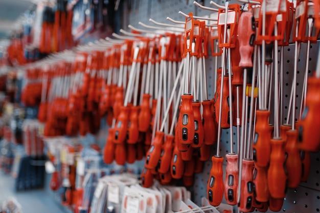 Tournevis sur racks en magasin d'outils libre