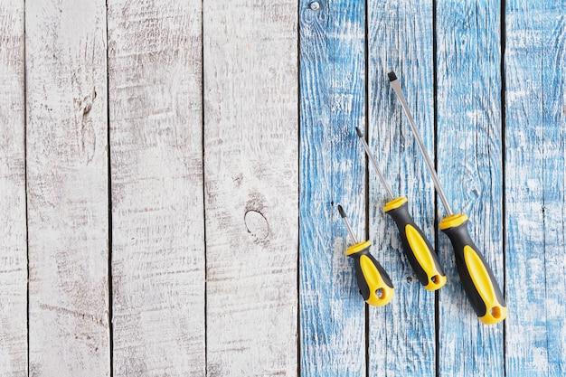 Tournevis situé sur un fond en bois vue de dessus copiez l'espace de nombreux tournevis sur fond de vieilles planches bleu et gris