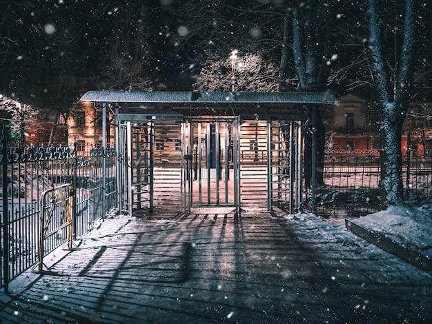 Tourniquet, entrée restreinte. porte fermée sortie sur la rue de la ville d'hiver de nuit