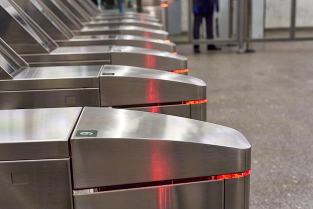 Tourniquets dans le métro pour le passage des passagers munis de cartes de transport. gros plan