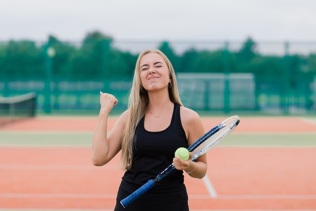 Tournoi de tennis. joueuse au court de tennis en terre battue
