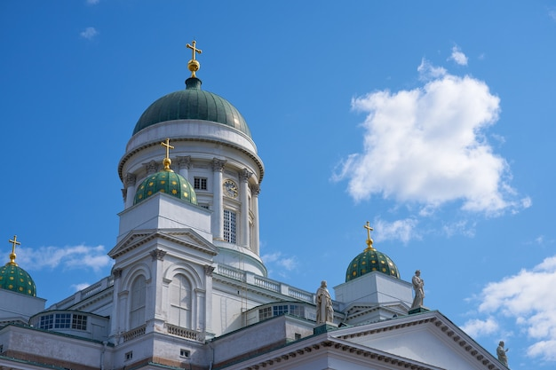 Les tours de la cathédrale d'helsinki contre le ciel bleu.
