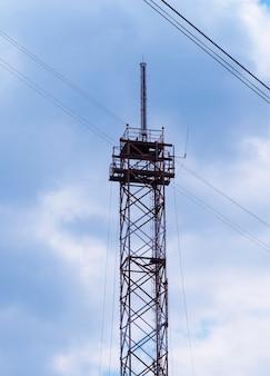 Tours cellulaires verticales avec fond d'antennes hd