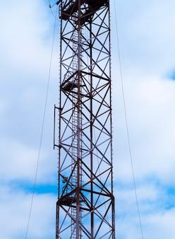 Tours cellulaires verticales avec fond d'antennes