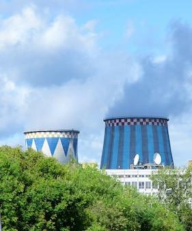 Tours de cogénération dans la ville. chauffage central et centrale électrique.