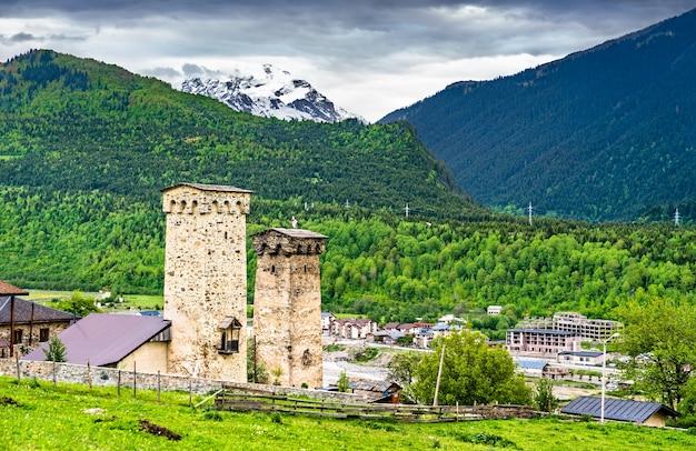Tours défensives de svan à mestia. patrimoine mondial de l'unesco à upper svaneti, géorgie