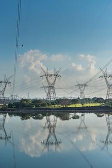 Tours d'électrification dans le lac du barrage d'itaipu foz do iguacu parana brésil le 19 mai 2015