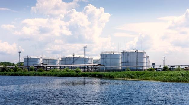 Tours de l'entreprise de silos élévateur à grain dans le port de commerce