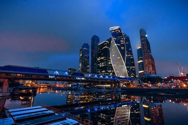 Tours de gratte-ciel de la ville de moscou et pont bagration par la rivière dans la capitale russe