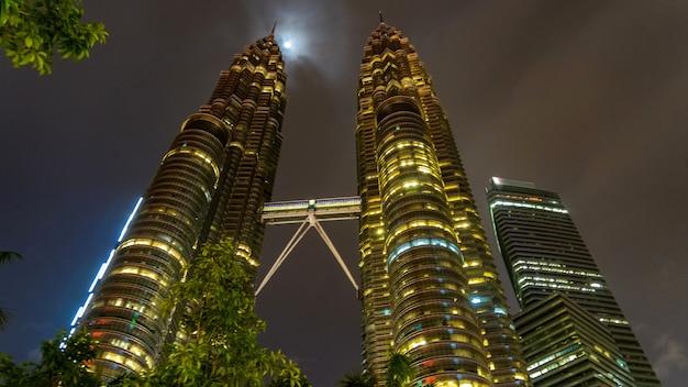 Tours jumelles petronas à kuala lumpur la nuit, malaisie.