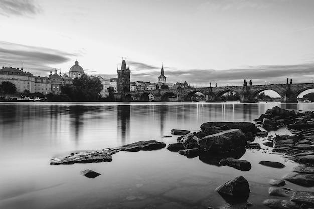 Tours et pont charles le matin en noir et blanc
