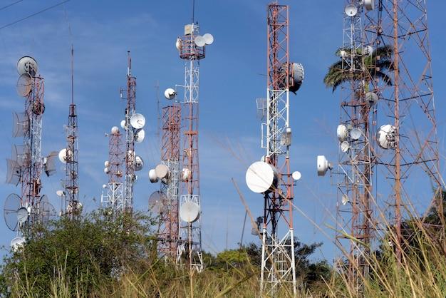 Tours radio avec antennes de diffusion