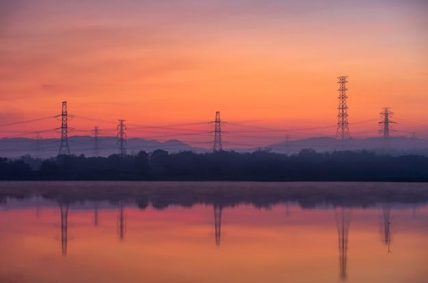 Tours de transmission électriques dans le brouillard
