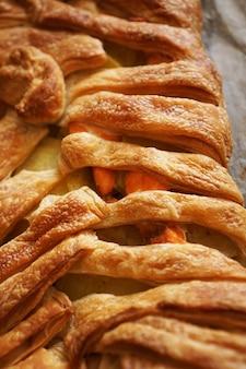 Tourte à la viande avec pâte feuilletée. belle croûte dorée. déjeuner savoureux et croustillant. photo verticale
