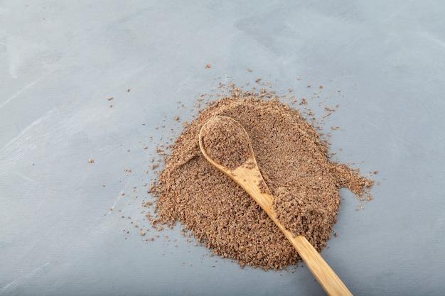 Tourteau de chardon-marie ou extrait de silybum marianum sur gris