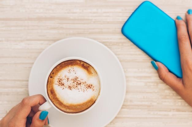 Tout ce dont j'ai besoin: une tasse à café et un smartphone