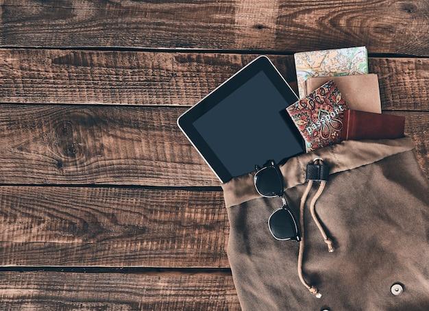 Tout ce dont vous avez besoin. prise de vue en grand angle d'un sac avec des articles de voyage