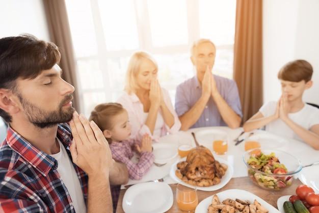 Tout le monde a les yeux fermés. jour de thanksgiving.