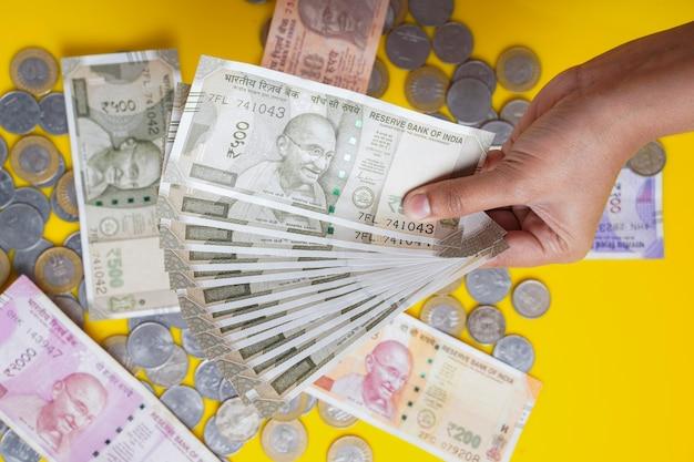 Le tout nouveau lot de billets de banque en monnaie indienne de 500 et 2000 roupies
