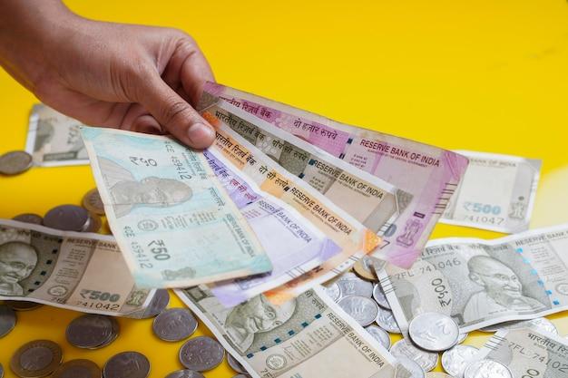 Les tout nouveaux billets de banque en monnaie indienne de 50, 200, 500 et 2000 roupies.