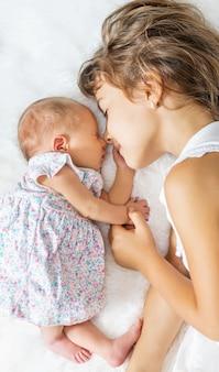 Tout-petit nouveau-né avec sa sœur aînée. mise au point sélective. gens.