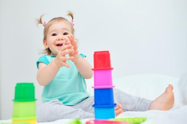 Tout-petit souriant frappe des mains tout en jouant
