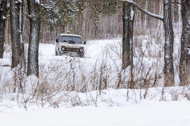 Le tout premier crossover sur le paysage hivernal. voiture tout-terrain au cœur de l'hiver et de la forêt enneigée. paysage d'hiver.