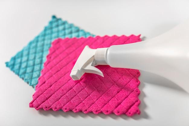 Tout ce qu'il faut pour nettoyer la maison - gros plans de produits de nettoyage