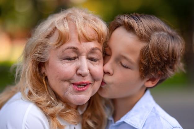 Tout son amour pour grand-mère dans un baiser