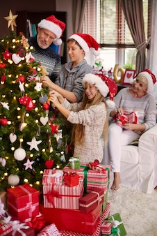 Toute la famille habiller un arbre de noël