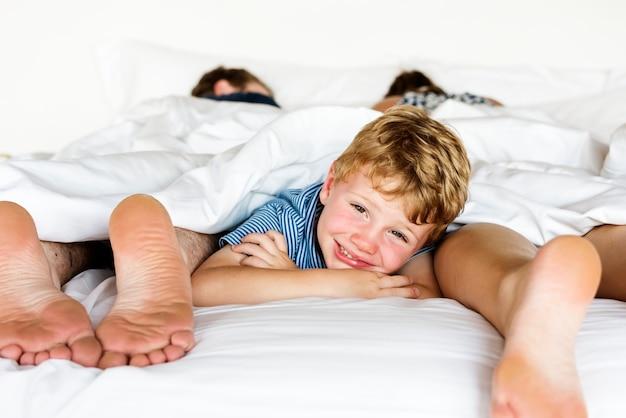 Toute la famille partageant un lit