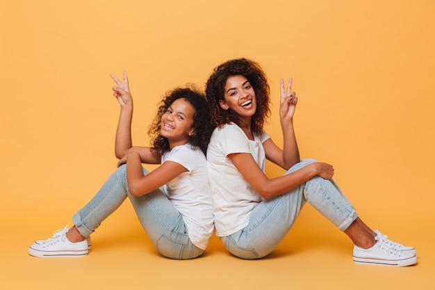 Toute la longueur de deux sœurs africaines souriantes