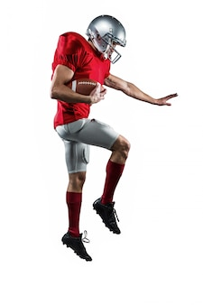 Toute la longueur du joueur de football américain en défense contre le fond blanc