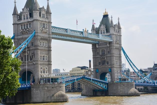 Tower bridge à londres par une belle journée ensoleillée. 23 juillet 2014 - londres, royaume-uni.