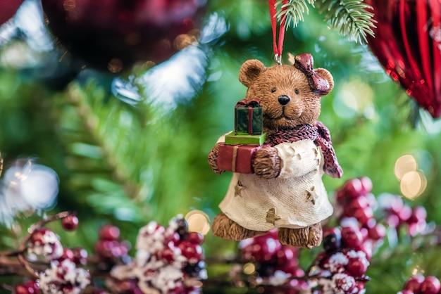 Toy bear sur l'arbre de noël