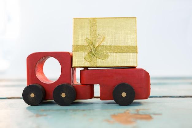 Toy camion avec un cadeau d'or