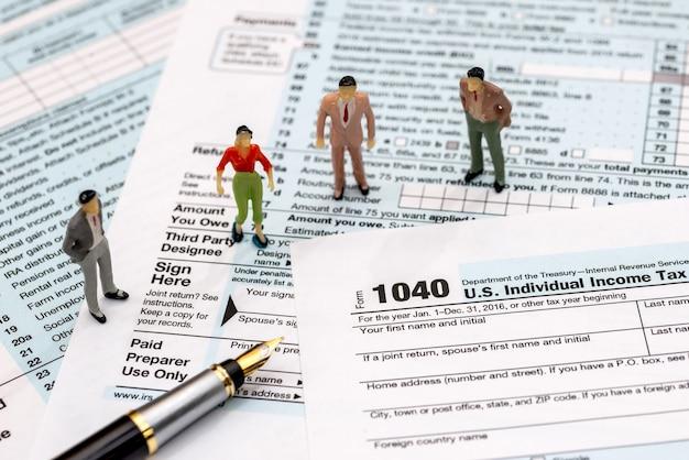 Toy chiffres debout sur formulaire fiscal 1040, gros plan