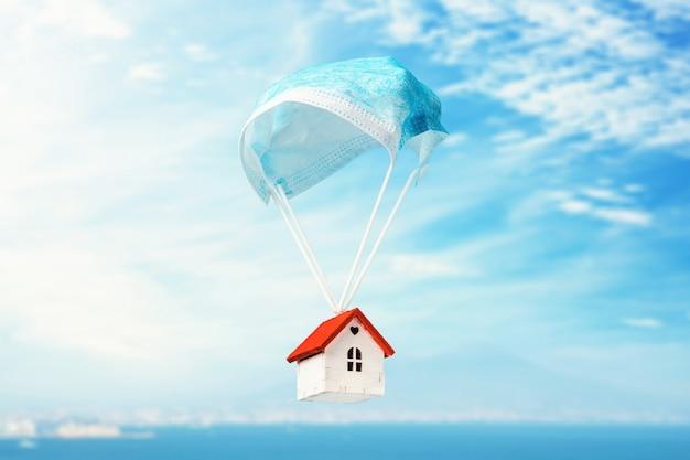 Toy house vole sur un parachute à partir d'un masque médical