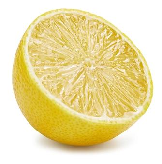 Tracé de détourage de fruits de citron. photo macro de qualité. citron moitié isolé sur une surface blanche.
