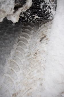 Trace de pneu dans la neige