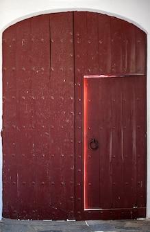 Les traces du temps des siècles passés sont clairement visibles sur une vieille porte en bois
