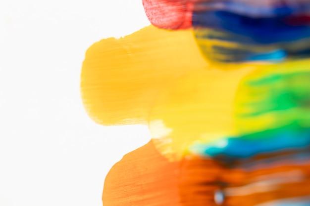 Tracés de peinture colorée sur fond blanc