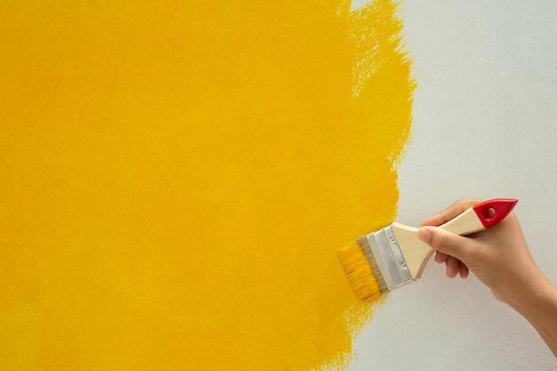 Traces de peinture jaune à faire soi-même sur les murs de la maison