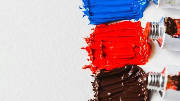 Des traces de peinture près des tubes métalliques ouverts