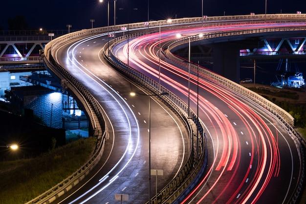 Traces de voiture de route. peinture de nuit à rayures. photographie longue exposition.