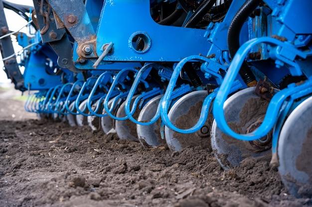 Tracteur Avec Agrégat Travaillant Le Sol En Gros Plan Photo Premium