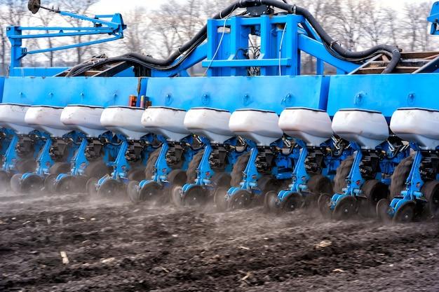 Tracteur avec agrégat travaillant le sol en gros plan