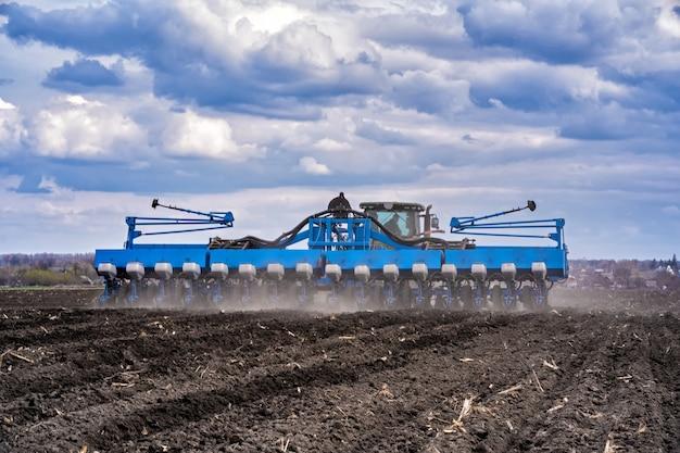 Tracteur avec agrégat travaillant le sol
